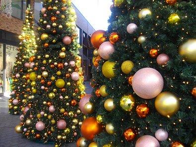 Nahaufnahme von den weihnachtsbäumen aus metall und nichts
